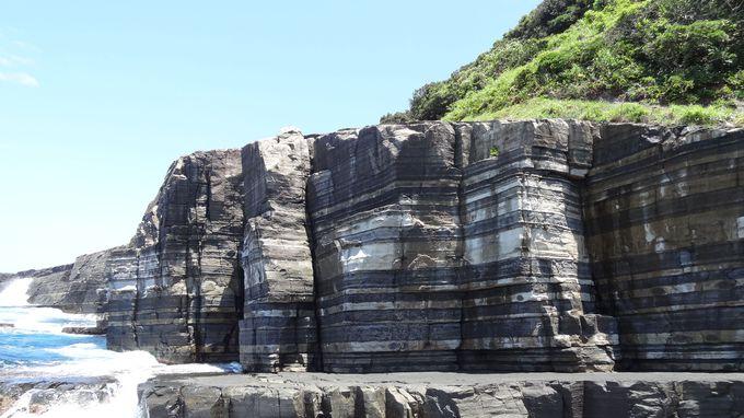 日本海に浮かぶストライプの断崖?萩「須佐ホルンフェルス」