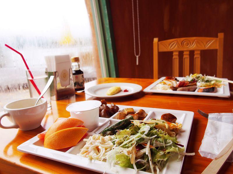 朝食では郷土料理にレッツトライ!