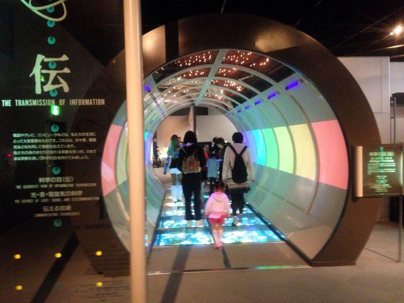 「科学技術館」では、いろんな展示装置を見て・触って・体験しよう!