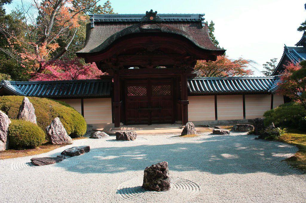 釈迦堂で見る「枯山水」。静けさの中でそれぞれの思いにふける。