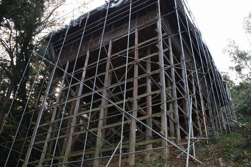 """急斜面に建てられた""""懸け造り""""の参籠殿。世界危機遺産『伊予大洲・少彦名神社』とはこんな所だ!"""