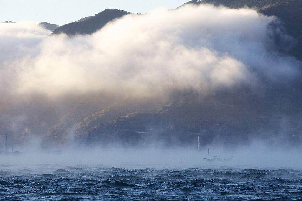 「ゴォ〜ゴォ〜」音を立てながら上流から押し寄せる霧の大群。