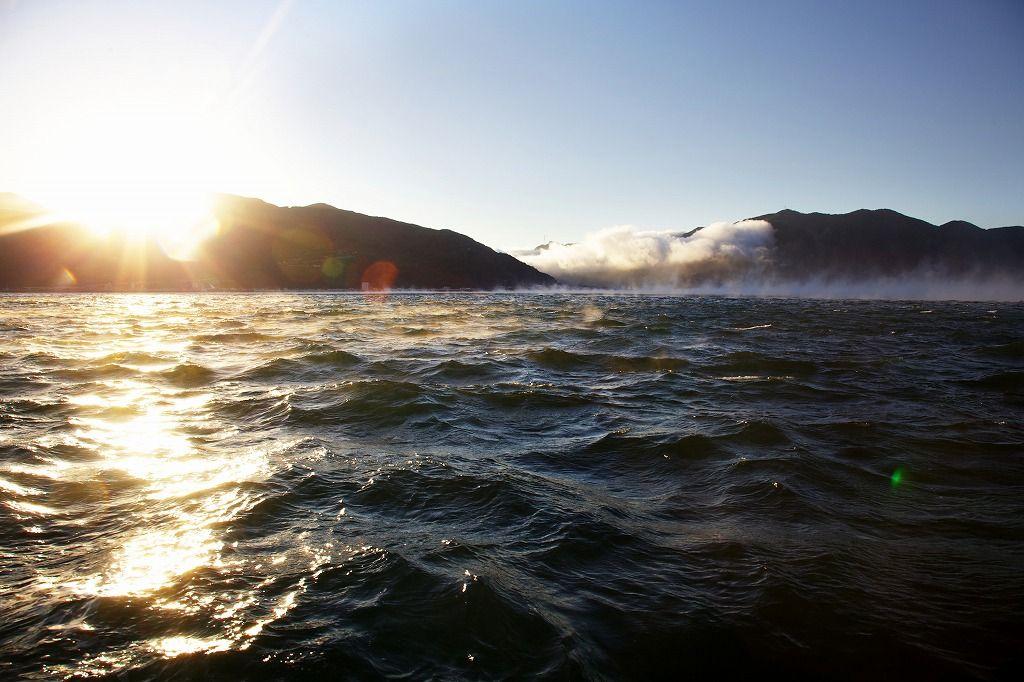 日の出を迎えた海面は、輝く「オレンジ色」に!