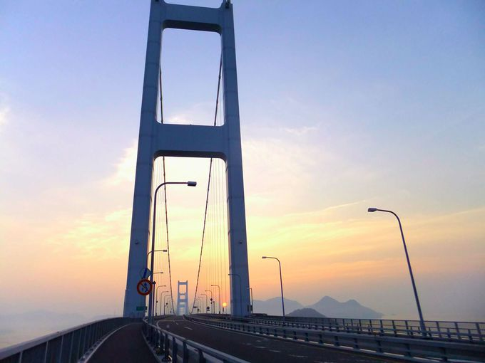 朝日が昇る来島海峡大橋。