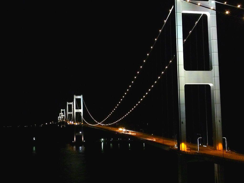 ライトアップされた来島海峡大橋。