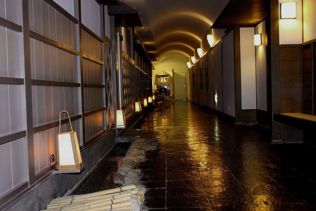 「湯けむりの道」を通って、ホテル自慢の大浴場へ。