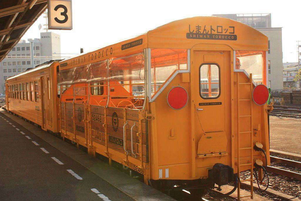 四万十の風を受けてのんびり走るトロッコ列車。