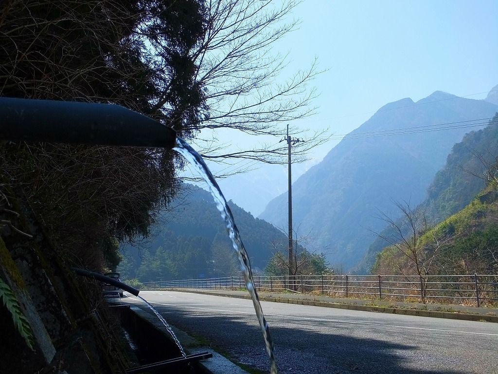 寒風山トンネル手前にある「湧水」スポット