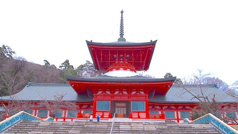 本堂内でお参りをすると、善光寺ご本尊の分身仏と巨大な壁画が拝める