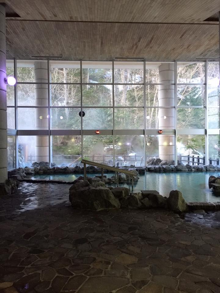 広々とした開放的な内風呂と川のせせらぎの音が聞こえる露天風呂