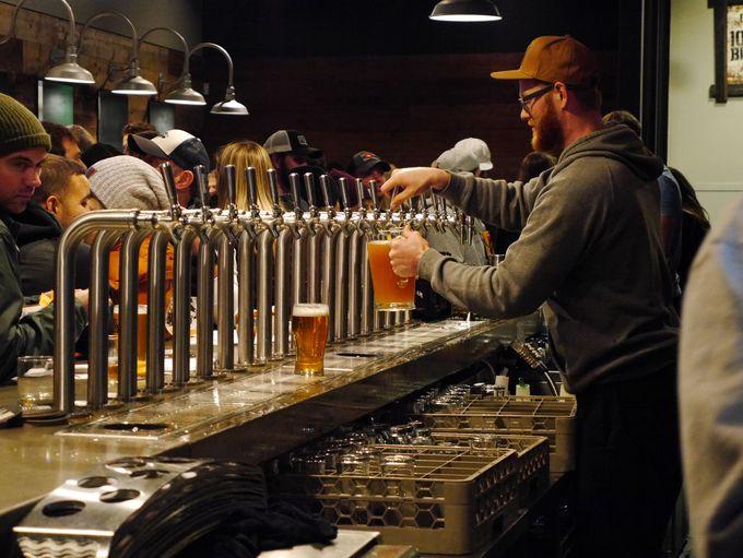 若者たちが賑わう「10 Barrel Brewing」