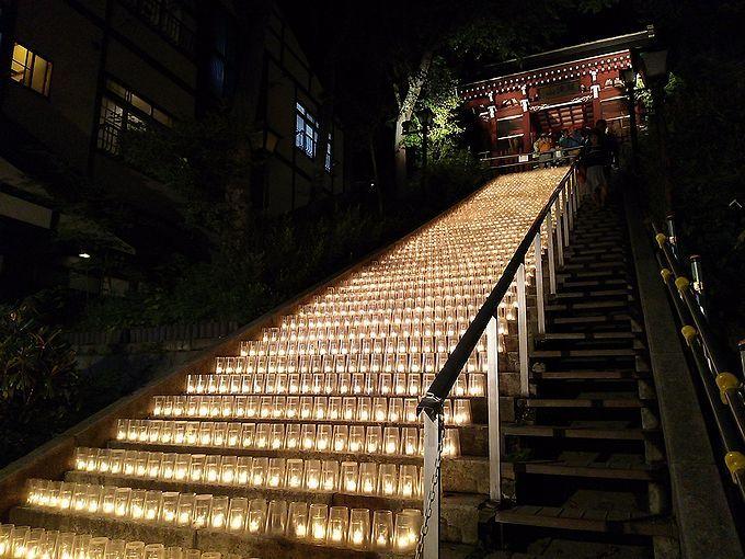 無数のキャンドルがロマンチックに階段に並ぶ、湯畑キャンドル「夢の灯り」で癒されよう
