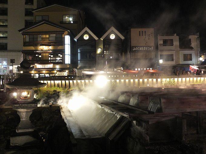 豊富な湯量。そして強烈な匂い。これぞ草津温泉湯畑の醍醐味!