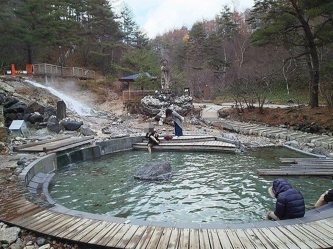 草津温泉の人気スポット、西の河原公園にある2つの足湯