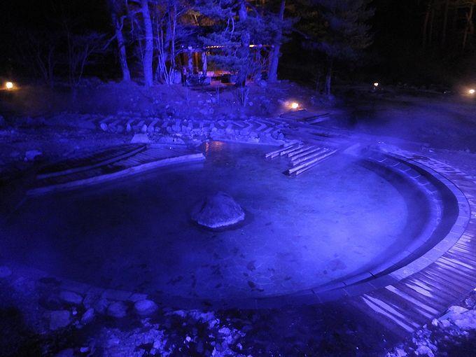 幻想的なライトアップの中、満天の星空と足湯を楽しもう