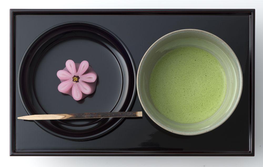 菓子職人のワザは圧巻、カウンターで食べる出来立ての和菓子「鶴屋吉信」