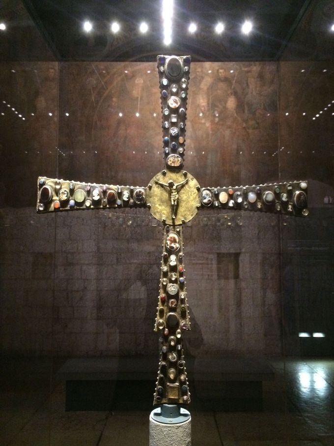 豪華絢爛、宝石だらけのデジデリオの十字架
