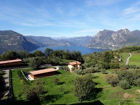 イタリア・イゼオ湖に浮かぶ巨島「モンテイゾラ」から見る超絶景