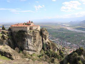 まるでラピュタ!世界複合遺産 ギリシャ「メテオラ」頂にある聖なる場所