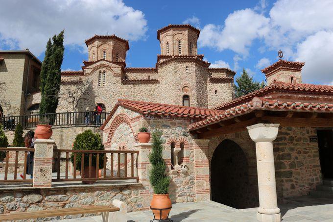 2つのドームが特徴「ヴァルラーム修道院」
