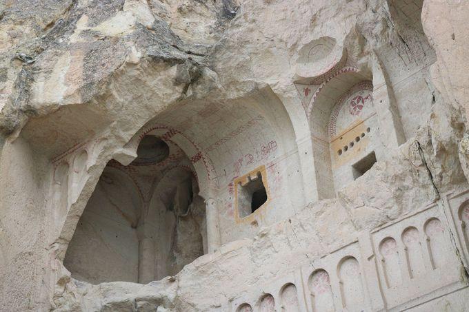14:00 奇岩の中に造られた教会「ギョレメ野外博物館」