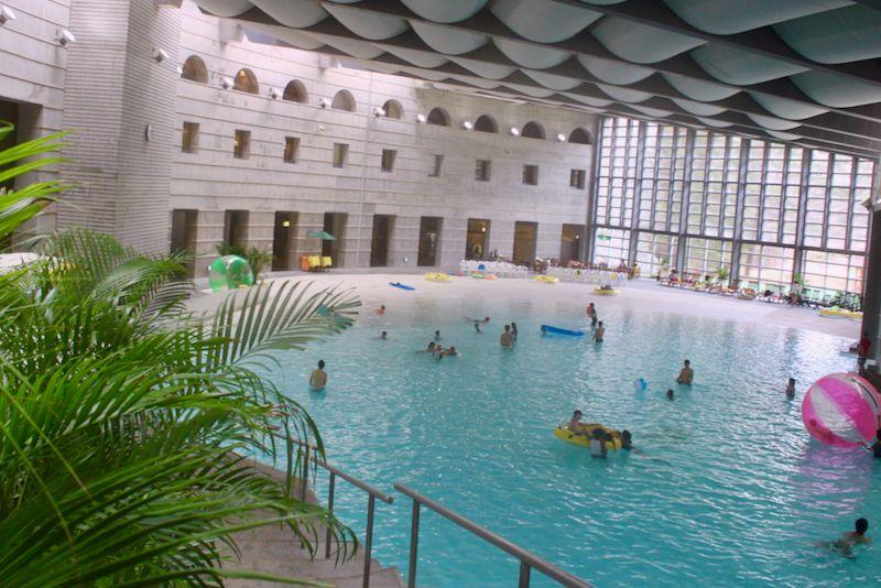大波が出る「イルマーレ」は一年中泳げる本格プール