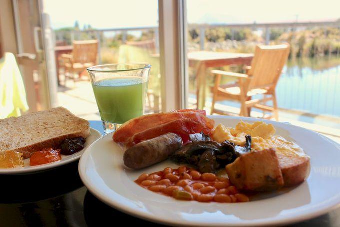 湖を眺めながらいただく朝食も絶品!