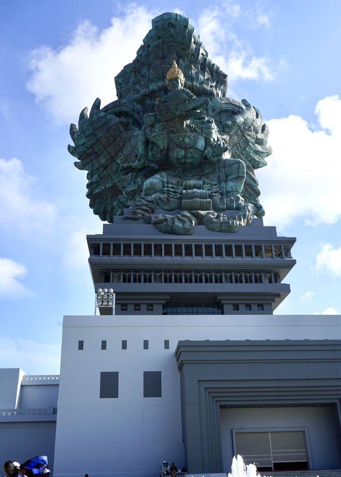 高さ約17mの巨大像が間近に迫る!