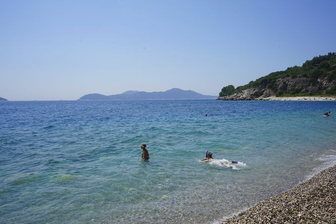 透明度の高いビーチ&絶景のプールを満喫!
