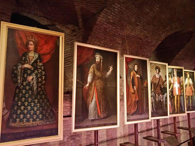 宮殿エントランスにて、華麗なる歴史的衣装絵画の数々に迎えられる!
