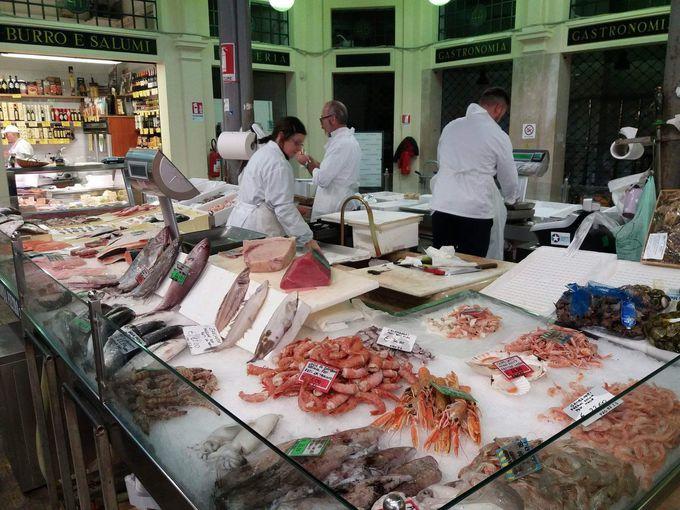 新鮮そのもの!豊富な魚介類、野菜、食卓を支える品が勢揃い