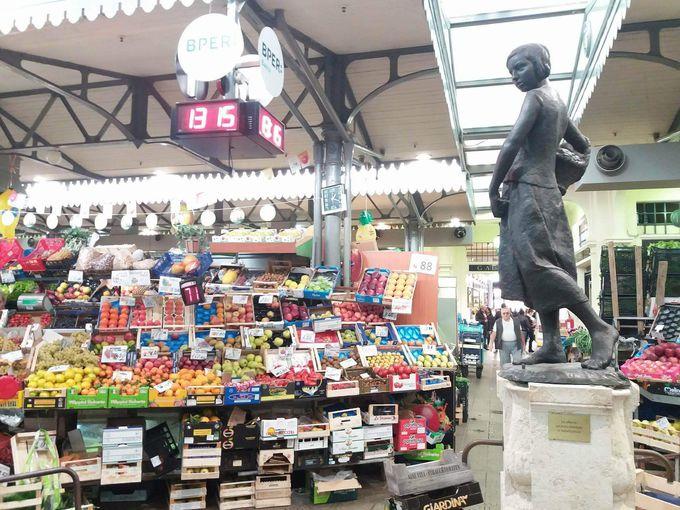 ひときわ目を惹く、アルビネッリ市場のシンボル像