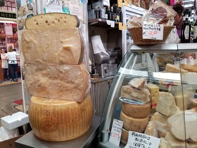 イタリアチーズの王様、丸ごとパルミジャーノレッジャーノが堂々君臨!