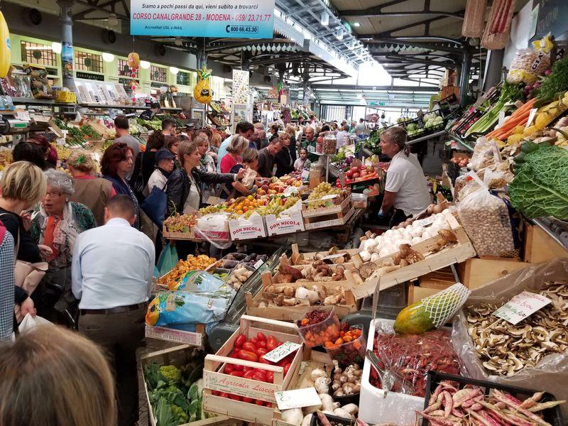 北イタリア・モデナ、中世から続く街の台所「アルビネッリ市場」
