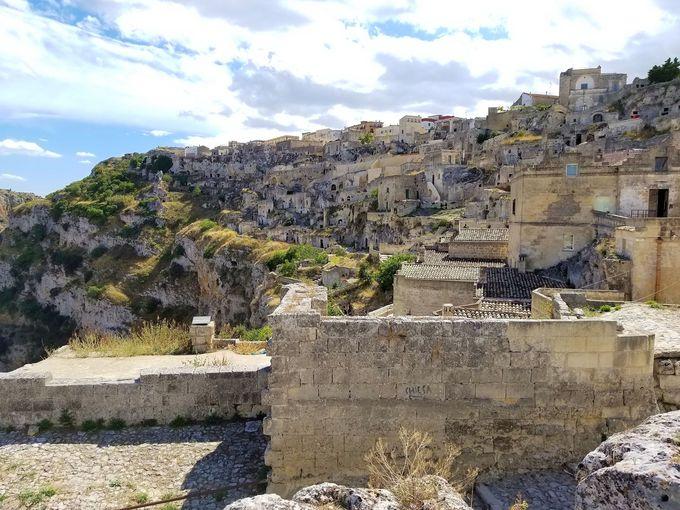 マテーラ、世界遺産の洞窟住居「サッシ地区」を歩く