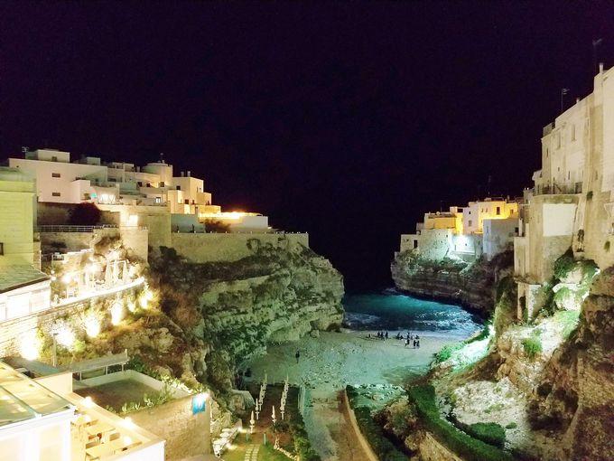 夜の絶景海岸に浸る贅沢時間