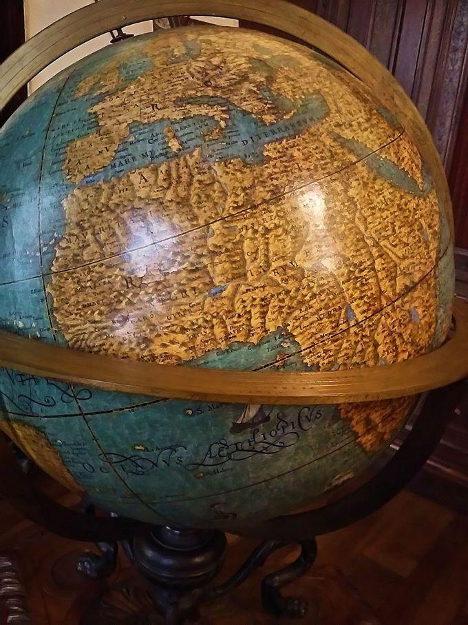 図書室には、新世界発見前の「地球儀」と「天体儀」が展示