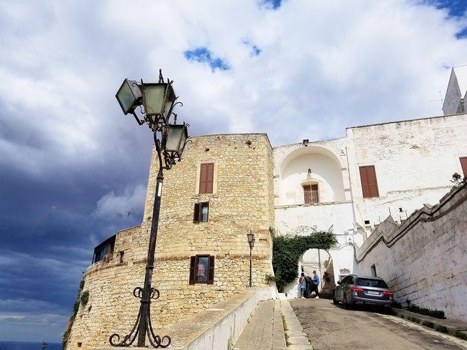 城壁に囲まれた白い要塞