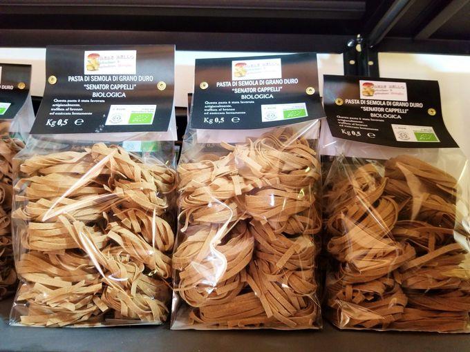 自家製古代小麦、パスタ、オリーブオイルがその場で購入可能