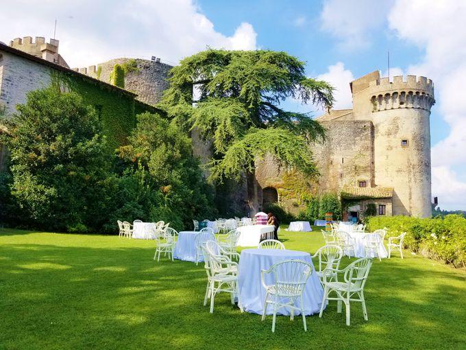 古城の大台所と、「秘密の庭」での挙式