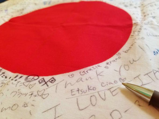 縦長の店内はいつも満席。日本の国旗が飾られています