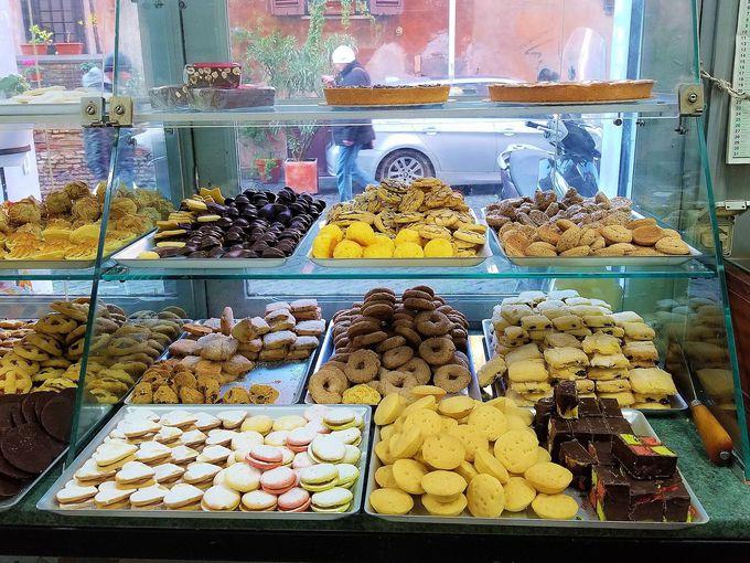 イタリアの行事のお菓子も人気です