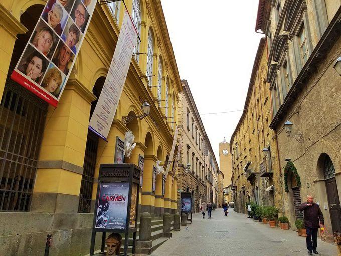 ローマから電車でわずか1時間、日帰り観光もOK