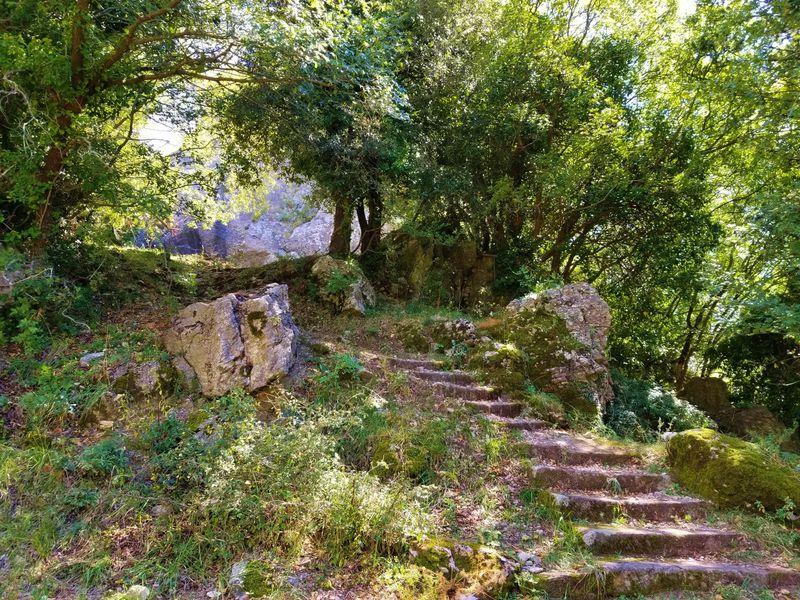 ロッカルベーニャの守護神の岩山