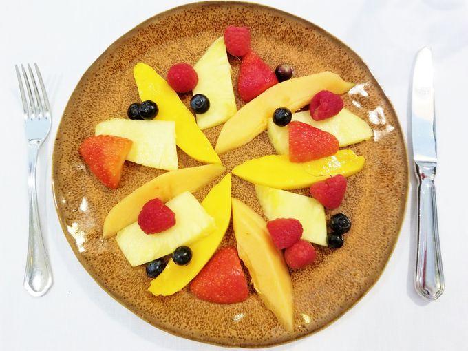 デザートは新鮮フルーツプレートで