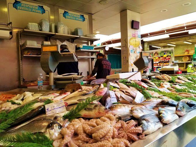 近海で獲れた鮮魚は、ミラノへ集まる