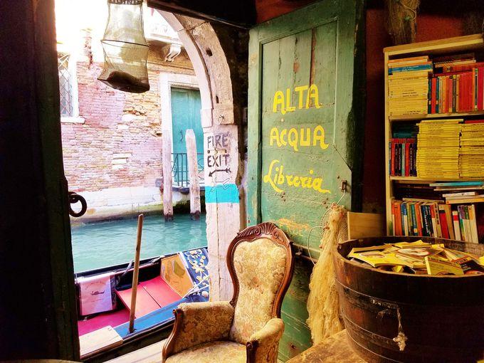 ここは本の博物館?「リブレリア・アクア・アルタ」