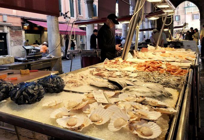 午前中は活気溢れる「魚市場」へ!