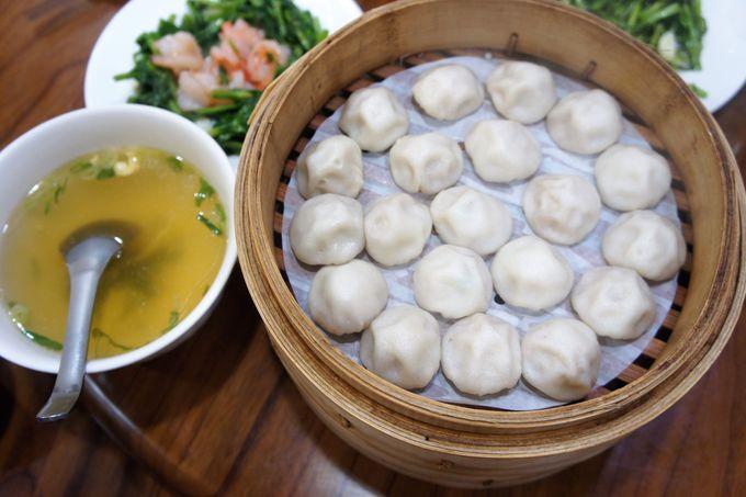 5.「京鼎樓」のスープに入れるミニ小籠包と烏龍小籠包