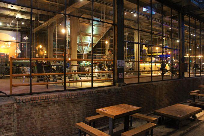 インダストリアルなカフェ&バーで百年前にタイムスリップ!